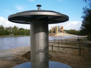 De douchezuil op zonne-energie is voorzien van een SunDisc collector en een boiler. Deze combinatie zorgt voor optimale warmte winning voor uw zwembad. Met een Sun Disc collector op de bovenkant en een boiler in de zuil, is dit een mooie combinatie van twee verschillende technieken: comfortabele warmte in uw zwembad en tevens warm douche water. Dit is een van de vele mogelijkheden voor het opstellen van de Sun Disc collector rondom uw zwembad.